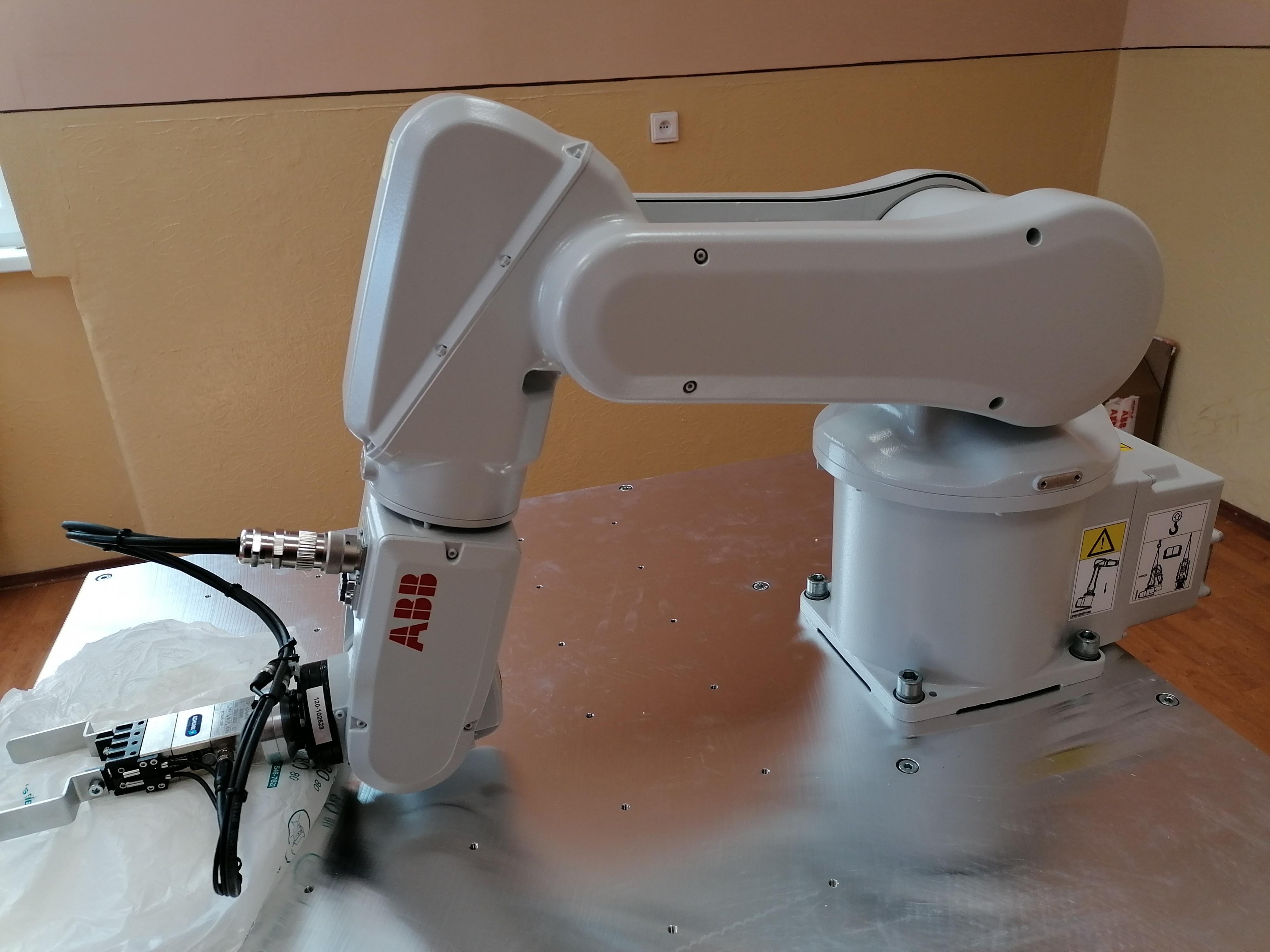 vyucovanie na priemyselnom robote vrable nitra
