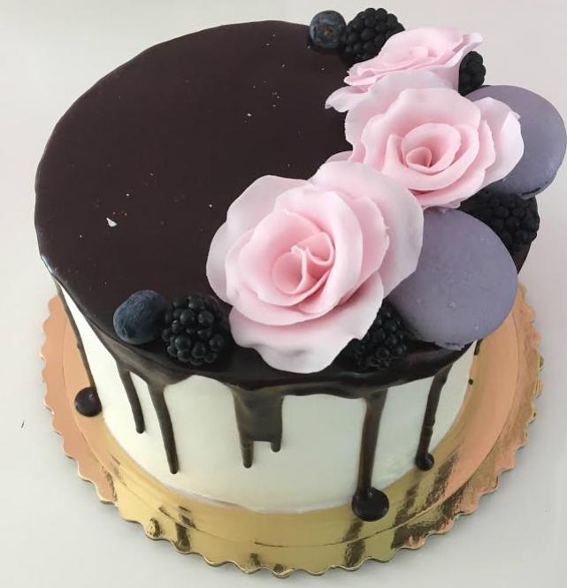 svadbona torta s cokoladovou polevou a ruzovymi kvetmi