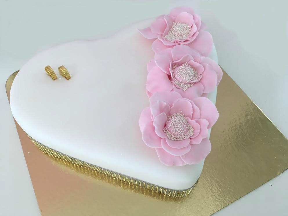 svadobna torta s bielou polevou a ruzovymi kvetmi