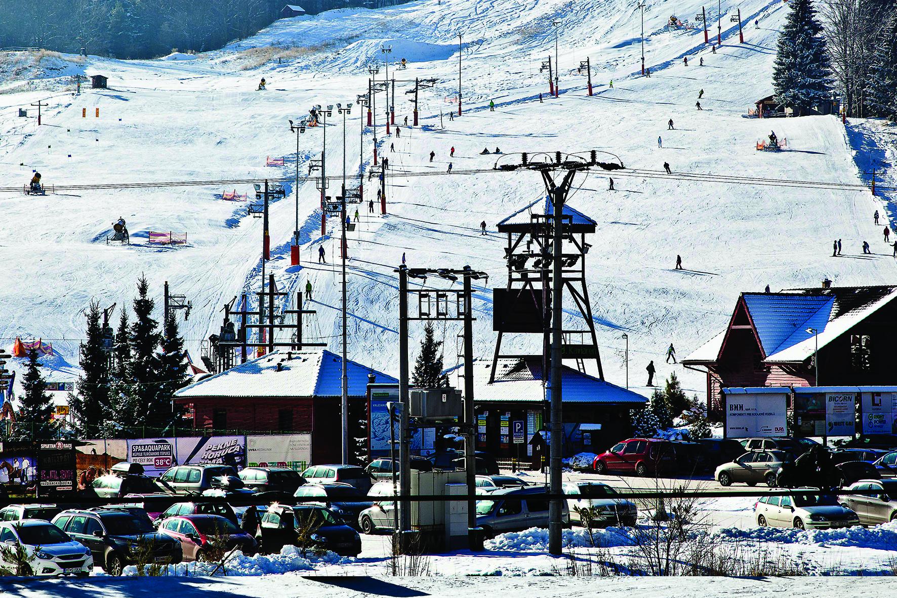 Upravované a technickým snehom zasnežované lyžiarske svahy sú položené v  nadmorskej výške do 830 m a podmienky na jazdenie sú od decembra ... a16e4183833